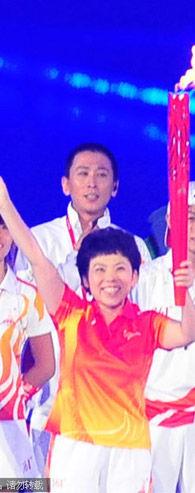 2010亚运会开幕式邓亚萍参加主火炬点火仪式