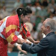 前国际奥委会主席萨马兰奇为邓亚萍颁奖
