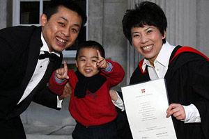 邓亚萍获得剑桥大学经济学博士后一家三口合影