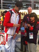 两腿夹着水壶给记者签名_第二期_2012中国男人调查_大发快3走势图_快3app邀请码_总代-女人