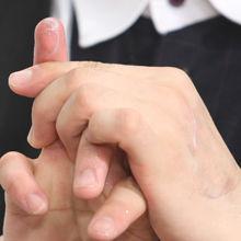 用手指打圈按摩卸除彩妆产品