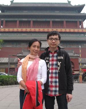 2011年4月25日,吴幼坚和儿子远涛在北京鼓楼下合影。当天吴幼坚64岁生日,脖子上系着远涛和他男友一起选购的真丝纱巾。