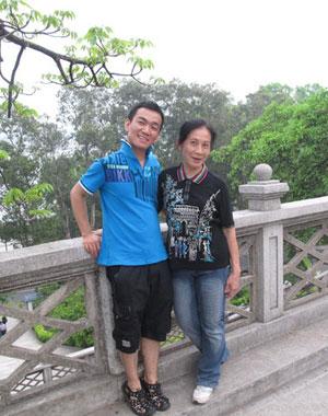 2011年4月17日,同性恋者河青(上图左)和吴幼坚合影。河青和男友阿南提前祝贺吴幼坚的64岁生日,阿南做了条彩虹连衣裙给吴幼坚做礼物。