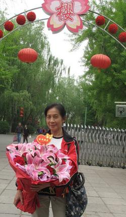 2011年4月25日,北京一位64岁至今单身的同志,在玉渊潭公园向吴幼坚送上生日鲜花。