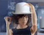她旁若无人地玩帽子摆pose