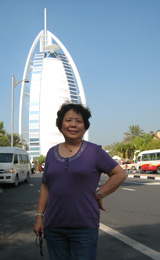 2009年12月,迪拜,冯妈妈在七星级的帆船酒店前留影