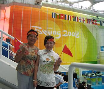 北京奥运会期间,冯妈妈和女儿在水立方为中国队加油