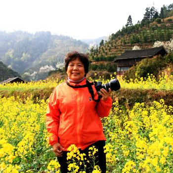 2010年3月,冯妈妈和朋友在湘西拍摄油菜花