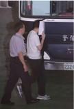 李宗瑞用纸遮脸快步走上囚车移送台北看守所。