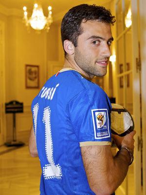 罗西展示意大利国家队球衣