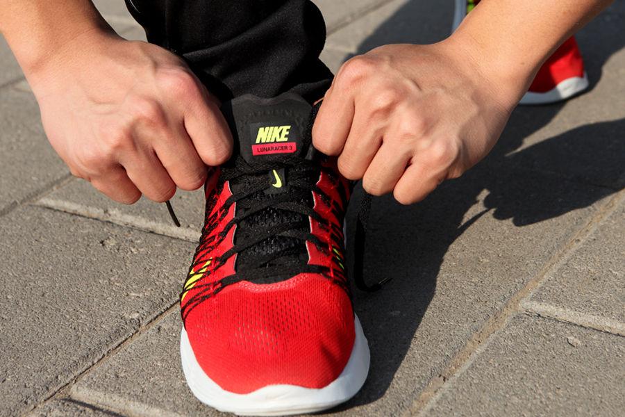轻薄柔软鞋面搭配动态飞线 勒紧鞋带带来明显包裹感受