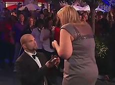 百人助男子震撼求婚感动女友