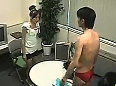 男子瞬间脱衣赤裸吓坏女优