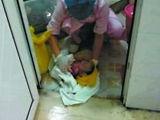医院将活体男婴扔厕所