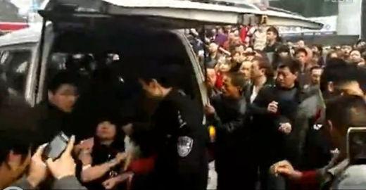 原视频:实拍:城管遭围堵被群众高声辱骂不做人事