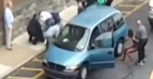 原视频:实拍:美女裸驾被交警当街摁倒引围观