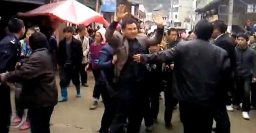 原视频:网传贵州公务员维稳被群众游街