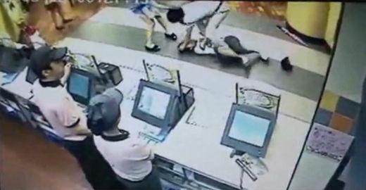 原视频:两中国女孩遭韩语男围殴踹脸持刀威胁