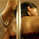 男子公交站台对女性露下体