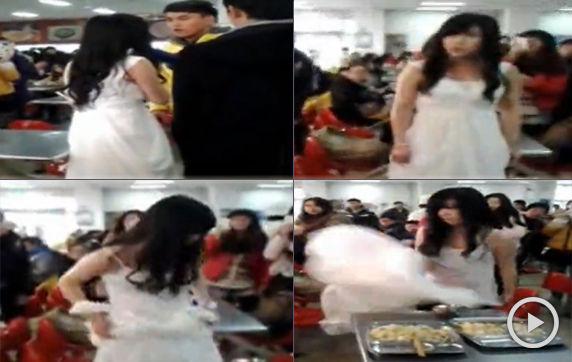 女生穿婚纱食堂逼婚被泼汤
