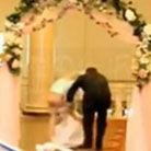 新娘裙被踩掉当众露臀