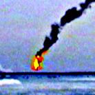 飞机着陆撞击地面后弹起爆炸