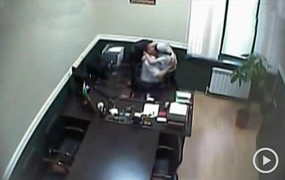老板与女员工办公室偷情被拍