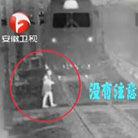 女子戴耳机遭火车碾压
