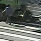 摩托车遭两货车夹击相撞