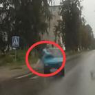 监拍老妇横穿马路被撞飞