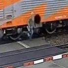 老人遭火车撞倒后侥幸逃生