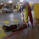 """小丑抡锤砸""""死尸""""飙血"""