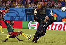 第059球:喀麦隆防守漏人曼祖进球
