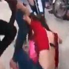 越南女生当街约架群殴