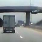 汽车失控坠落高架桥瞬间
