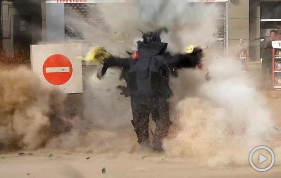 实拍埃及警察拆弹被炸飞
