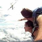 实拍男女跳伞险撞飞机