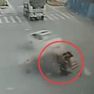小车遭撞碎两人被甩飞