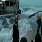女记者海边直播被巨浪掀翻