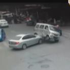 女司机加速撞翻面包车