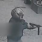 实拍男子机枪扫射运钞车