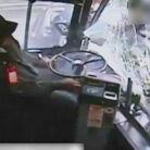 公交司机打盹快速撞8车