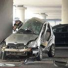 实拍女司机变道车被撞毁
